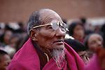 Pèlerins se recueillant au monastère de Labrang. Chine. Tibet. Gansu. Monastère de Labrang. Fête du Monlam. China. Tibet. Labrang monastery. Monlam feast.