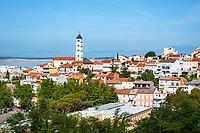 Croatia, Kvarner Gulf, Crikvenica: town view with steeple of church St Anton | Kroatien, Kvarner Bucht, Crikvenica: Stadtansicht mit Turm der Kirche St. Anton