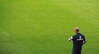FUSSBALL   1. BUNDESLIGA   SAISON 2011/2012   TESTSPIEL SV Werder Bremen - FC Everton                 02.08.2011 Trainer Thomas SCHAAF (Bremen) schaut auf die Uhr