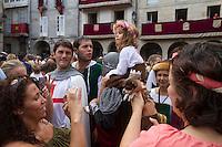 mass POPULAR. SPAIN, 2010-2014.  Un pequeño recorrido por las tradiciones y ritos más populares de España desde una visión personal y como documento de unas tradiciones en proceso de cambio y modernización. En la imagen, dos mujeres fotografían un chiguagua disfrazada con vestiduras de la época durante la Fiesta de la Istoria en Ribadavia, Galicia. © Adrián Irago