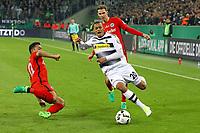 Djibril Sow (Borussia Mönchengladbach) schreit und fällt schon bevor Marco Fabian (Eintracht Frankfurt) heranfliegt mit der Grätsche - 25.04.2017: Borussia Moenchengladbach vs. Eintracht Frankfurt, DFB-Pokal Halbfinale, Borussia Park