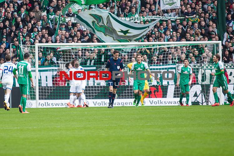 19.03.2016, Weser Stadion, Bremen, GER, 1.FBL. Werder Bremen vs Mainz 05, im Bild Clemens Fritz (Werder Bremen #8) Levin &Ouml;ztunali (Werder Bremen #11) Jannik Vestergaard (Werder Bremen #7) Manuel Gr&auml;fe -Schiedsrichter / Referee Julian Baumgartlinger (Mainz 05 #14) Jairo Samperio (Mainz 05 #17) Levin &Ouml;ztunali (Werder Bremen #11) Gaetan Bussmann (Mainz 05 #24) Freude / Jubel nach dem 1:0 f&uuml;r Mainz 05 vs. Werder Bremen<br /> <br /> <br /> <br /> Foto &copy; nordphoto / Woratschka