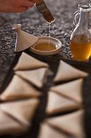 Afrique/Afrique du Nord/Maroc/Province d'Agadir/Tighanimine Elbaz: Ecolodge Atlas Kasbah - En cuisine préparation des briouats aux crevettes, les briouats sont enduits d'huile d'argan