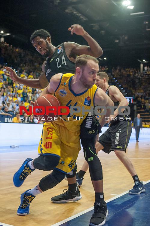 16.05.2017, EWE Arena, Oldenburg, GER, BBL, EWE Baskets Oldenburg vs medi Bayreuth, im Bild<br /> <br /> Nate LINHART, DeMon BROOKS ( medi Bayreuth #8, #24  )<br /> Vaughn DUGGINS (EWE Baskets Oldenburg #44 )<br /> Foto &copy; nordphoto / Rojahn