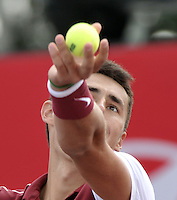 BOGOTA- COLOMBIA 26-07-2015: Bernard Tomic de Australia, sirve a Adrian Mannarino de Francia, durante partido del ATP Claro Open Colombia de Tenis en las canchas del Centro de Alto rendimiento en Altura en la ciudad de Bogota. / Bernard Tomic of Australia, serves to Adrian Mannarino of France during during a match to the ATP Claro Open Colombia of Tennis in the courts of the High Performance Center in Altura in Bogota City. Photo: VizzorImage / Luis Ramirez / Staff.