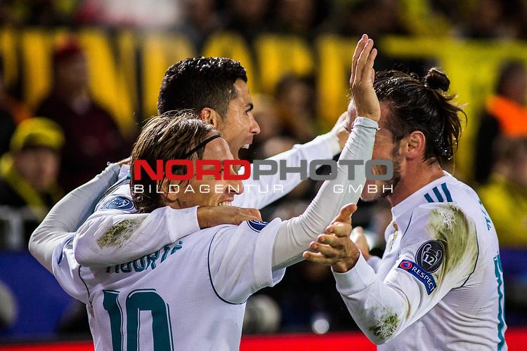 26.09.2017, Signal Iduna Park, Dortmund, GER, UEFA CL, Borussia Dortmund (GER) vs Real Madrid (ESP), <br /> <br /> im Bild | picture shows<br /> Cristiano Ronaldo (Real Madrid #7) jubelt mit Luka Modric (Real Madrid #10) und Gareth Bale (Real Madrid #11) &uuml;ber seinen Treffer zum 3:1, <br /> <br /> Foto &copy; nordphoto / Rauch