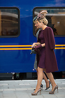 La reine Mathilde de Belgique et la reine Maxima des Pays-Bas montent &agrave; bord du train Royal pour se rendre &agrave; la nouvelle gare de Utrecht, lors d'une visite d'&eacute;tat de 3 jours du couple royal belge aux Pays-Bas.<br /> Pays-Bas, Amsterdam, 30 novembre 2016.<br /> Queen Mathilde of Belgium &amp; Queen Maxima of The Netherlands pictured as they get in the Royal Train in Amsterdam Central station going to Utrecht station with the Royal train for a visit of the new station, on the third and last day of a State visit of the Belgian royal couple to The Netherlands.<br /> The Netherlands, Amsterdam, 30 november 2016.