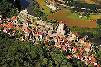 La cite medievale de Saint Cirq Lapopie domine la vallee du Lot, c'est l'un des site les plus remarquable de la region..The medieval city of Saint Cirq Lapopie dominates the valley of the Lot, it is one of the most remarkable site of the area.