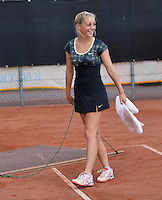 08-08-13, Netherlands, Rotterdam,  TV Victoria, Tennis, NJK 2013, National Junior Tennis Championships 2013,  Britt Schreuder sweeping the court<br /> <br /> <br /> Photo: Henk Koster