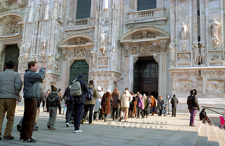 Milano, persone in coda per visitare la cattedrale del Duomo --- Milan, people standing in a queue waiting to visit the Duomo