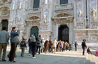 Milano, persone in coda per visitare la cattedrale del Duomo --- Milan, people standing in a queue waiting to visit the Duomo