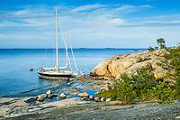 Båtar och människor vid klippa i Stockholms skärgård. / Boats and people in the cliff in the Stockholm archipelago Sweden.