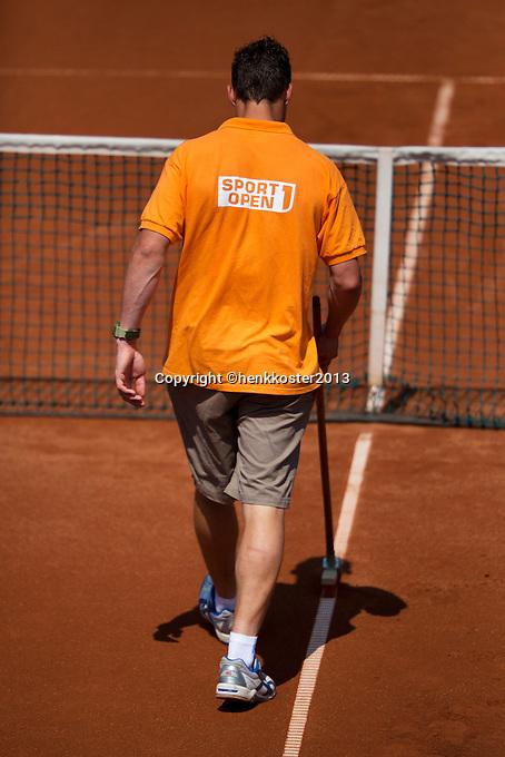 09-07-13, Netherlands, Scheveningen,  Mets, Tennis, Sport1 Open, day two, line sweeping<br /> <br /> <br /> Photo: Henk Koster