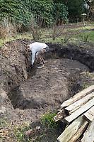 Anlage eines Sanddariums im Garten, Schritt 1: es wird eine Grube ausgehoben und am Rand der Grube wird eine Art Graben geschaufelt, in den später Eichenspaltpfähle als Umrandung gesetzt werden können. Sandarium, Sand, Sandfläche, Sandhaufen im Garten, Naturgarten, Nisthilfe für Wildbienen und solitäre Wespen, Lebensraum für Eidechsen, Eidechse. Soll verschiedenen Insekten als Unterschlupf, Nistplatz, und Nahrungsquelle dienen. Mehr als die Hälfte der Wildbienenarten, welche Nester bauen, nisten im Erdboden. Wildbienen-Nisthilfen, Wildbienen-Nisthilfe selbermachen, selber machen, Wildbienenhotel, Insektenhotel, Wildbienen-Hotel, Insekten-Hotel