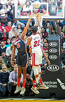 Jimmy Butler (G/F Miami Heat, #22) gegen Ian Mahinmi (C, Washington Wizards, #28) - 22.01.2020: Miami Heat vs. Washington Wizards, American Airlines Arena
