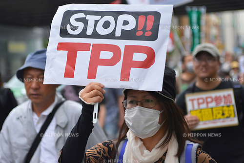 May 25th, 2013 : Tokyo, Japan - A woman held a sing against Trans-Pacific Strategic Economic Partnership Agreement, or TPP, during a demonstration at Ginza, Chuo, Tokyo, Japan on May 25, 2013. According to a demonstration authority, there were more than 2,000 people showed up from all over the nation. (Photo by Koichiro Suzuki/AFLO)