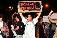 RIO DE JANEIRO, RJ, 03.06.2013 - PROTESTO / PASSAGEM - Estudantes protestam contra o aumento nas passagens de ônibus em frente à ALERJ no centro do Rio de Janeiro (RJ), nesta segunda-feira (3). (FOTO: SANDRO VOX / BRAZIL PHOTO PRESS