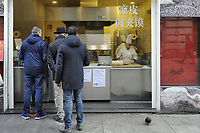 - Milano, Chinatown di via Paolo Sarpi, vendita di cibo tipico<br />