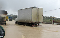 FUSSBALL WM 2014  VORRUNDE    GRUPPE G    in Recife USA - Deutschland                  26.06.2014 Durch starken Regen sind die Strassen vom Flughafen zum Stadion in Resife ueberflutet