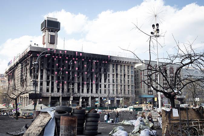 Institutskaja Straße, Gewerkschaftshaus, Die Kämpfer des Umsturzes in der Ukraine auf dem Maidan in Kiew Anfang April 2014, Gedenken an die Toten Demonstranten / Fighter of the Clashes in the Ukraine at the Majdan in April 2014, Commemoration of the dead demonstrants.