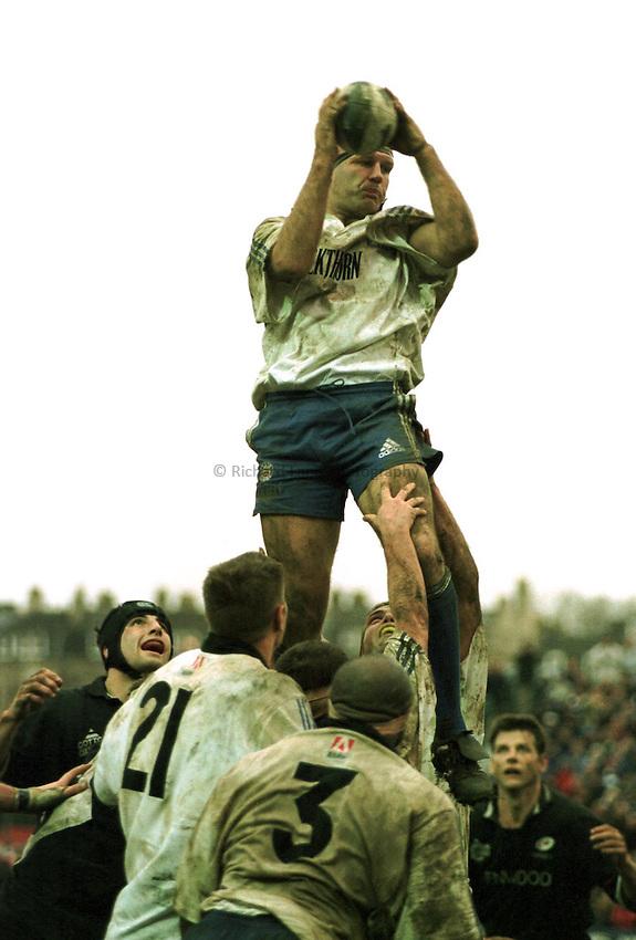 Photo Richard Lane. .Bath v Saracens. 19/12/98..Nigel Redman wins a line out for Bath.
