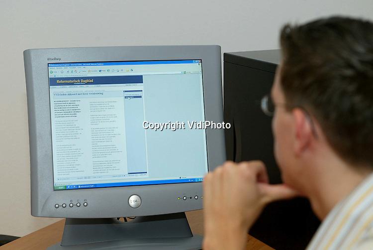 Foto: VidiPhoto..GENDT - Technicus Tom Tijssen van BetuweNet demonstreert de snelheid van draadloos internetten..