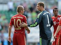 Fussball 1. Bundesliga :  Saison   2012/2013   1. Spieltag  25.08.2012 SpVgg Greuther Fuerth - FC Bayern Muenchen Arjen Robben mit Torwart Manuel Neuer (v. li., FC Bayern Muenchen)