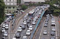 SAO PAULO, 19 DE FEVEREIRO DE 2013. - TRANSITO SP - Transito intenso na entrada do tunel Anhangabau, regiao central da capital no fim da tarde desta terca feira, 19. (FOTO: ALEXANDRE MOREIRA / BRAZIL PHOTO PRESS)
