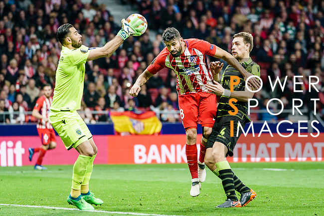Goalkeeper Rui Patricio of Sporting CP (L) reaches for the ball after an attempt at goal by Diego Costa of Atletico de Madrid (C) during the UEFA Europa League quarter final leg one match between Atletico Madrid and Sporting CP at Wanda Metropolitano on April 5, 2018 in Madrid, Spain. Photo by Diego Souto / Power Sport Images