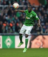 FUSSBALL   1. BUNDESLIGA   SAISON 2012/2013    30. SPIELTAG SV Werder Bremen - VfL Wolfsburg                          20.04.2013 Assani Lukimya (SV Werder Bremen) Einzelaktion am Ball