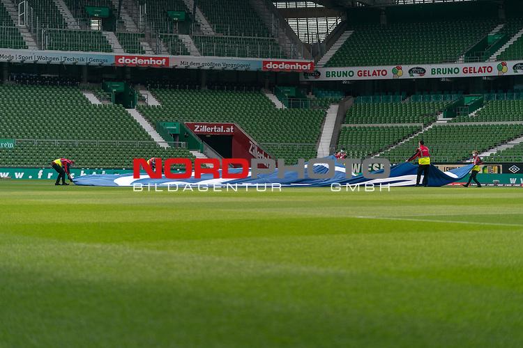 Vor dem Spiel werden die grossen Banner auf dem Rasen ausbreitet<br /> <br /> Sport: Fussball: 1. Bundesliga: Saison 19/20: <br /> 26. Spieltag: SV Werder Bremen vs Bayer 04 Leverkusen, 18.05.2020<br /> <br /> Foto ©  gumzmedia / Nordphoto / Andreas Gumz / POOL <br /> <br /> Nur für journalistische Zwecke! Only for editorial use!<br />  DFL regulations prohibit any use of photographs as image sequences and/or quasi-video.