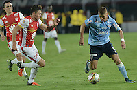 BOGOTÁ -COLOMBIA, 19-11-2015. Luis Manuel Seijas (Izq) y Sebastian Salazar (C) jugadores de Independiente Santa Fe disputan el balón con Gustavo Cuellar (Der) jugador de Atlético Junior durante partido de vuelta por la final de la Copa Águila 2015  jugado en el estadio Nemesio Camacho El Campín de la ciudad de Bogotá./ Luis Manuel Seijas (L) and Sebastian Salazar (C) players of Independiente Santa Fe vie for the ball with xxx (R) player of Atletico Junior during second leg match for the final of Aguila Cup 2015 played at Nemesio Camacho El Campin stadium in Bogotá city. Photo: VizzorImage/ Gabriel Aponte / Staff