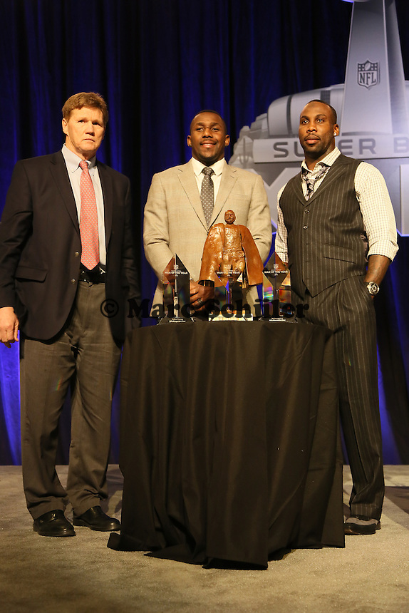 Green Bay Packers CEO Mark Murphy als Vertreter für QB Aaron Rodgers mit den beiden Finalisten LB Thomas Davis (Carolina Panthers) und WR Anquan Boldin (San Francisco 49ers)- Walter Payton Man of the Year Award, Super Bowl XLIX, Convention Center Phoenix