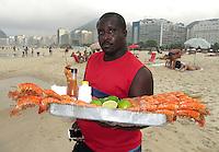 FUSSBALL WM 2014  11.06.2014 Ein Strandverkaeufer bietet Scampis am Stand der Copacabana an
