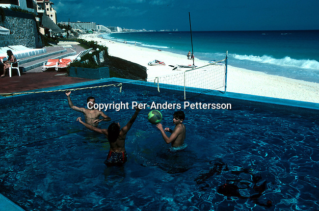 Unidentified people playing volleyball in a pool  on December 18, 1995 in Cancun, Mexico. Cancun is a popular vacation spot for Americans and Europeans..(Photo: Per-Anders Pettersson/ Getty Images)