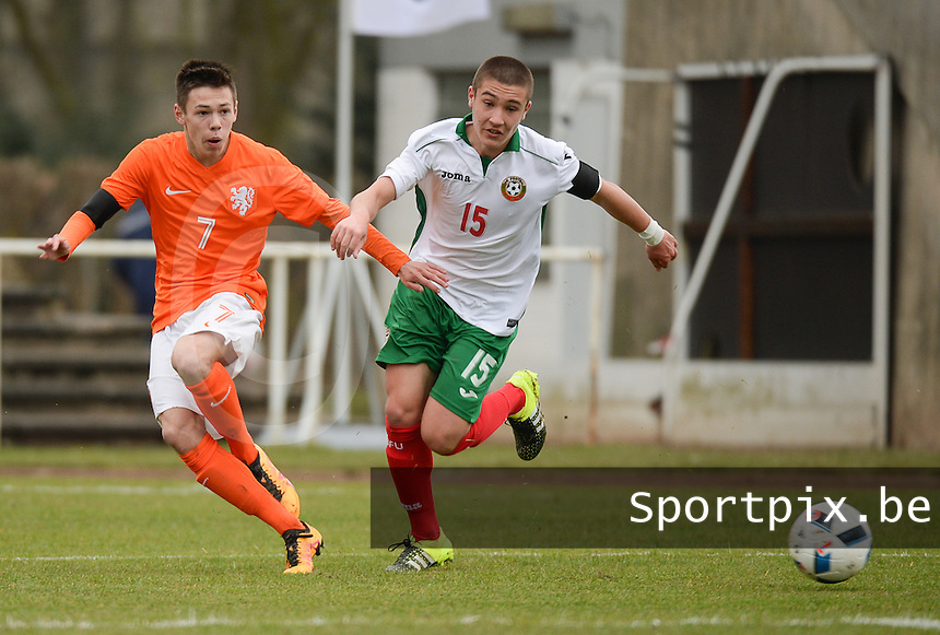 20160324 - Buderich , GERMANY : Dutch Mitchell Van Bergen (L) and Bulgarian Denis Buchev (R) pictured during the soccer match between the under 17 teams of The Netherlands and Bulgaria , on the first matchday in group 4 of the UEFA Under17 Elite rounds in Buderich , Germany. Thursday 24th March 2016 . PHOTO DAVID CATRY