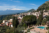 Italy, Sicily, Taormina: Mount Etna, view from terrace of the Hotel Timeo | Italien, Sizilien, Taormina: Blick von der Terrasse des Hotels Timeo auf den Vulkan Aetna