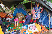 SERBIEN, 08.2016, Kelebija. Internationale Fluechtlingskrise: An der mit Zaeunen abgesperrten ungarischen Grenze stauen sich Fluechtlinge und Migranten. Sie bitten meist vergebens um Einlass in die  Asyl- und Transitzonen (blaue Container). So haben sich auf serbischer Seite provisorische Lager mit sehr schlechten Bedingungen gebildet. | International refugee crisis: Refugees and migrants have been piling up at the fenced-off Hungarian border. They are waiting for entrance into the asylum and transit zones (blue containers), mostly in vain. Thus provisional camps have emerged on the Serbian side with very bad conditions. In the picture Wool Mahmud, Ahmed Mahmud, Ali Mahmud, Noor Mahmud.<br /> © Szilard Vörös/EST&OST