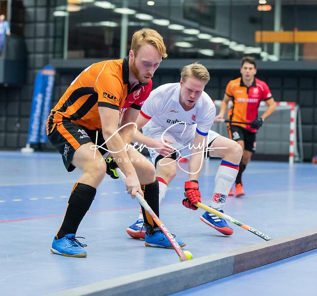 ROTTERDAM  - NK Zaalhockey,   halve finale heren Oranje Rood-SCHC (SCHC wint en plaatst zich voor de finale)  Mark Rijkers (Oranje-Rood) met Leon van Barneveld (SCHC)      COPYRIGHT KOEN SUYK