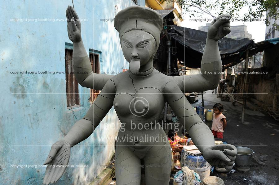 INDIA Westbengal, Kolkata, Kumartuli, clay sculpures of Hindu gods for Hindu festivals, goddess Kali / INDIEN, Westbengalen, Kolkata, Handwerker fertigen Lehmfiguren von Hindu Gottheiten im Stadtteil Kumartuli fuer Hindu Feste, Goettin Kali
