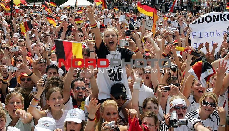 FIFA WM 2006 - Feature Fanmeile Berlin<br /> Verabschiedung / Empfang der Deutschen Nationalmannschaft auf der Berliner Fanmeile vor dem Brandenburger Tor<br /> <br />  Fans mit Deutschland-Fahnen.-<br /> <br /> Foto &copy; nordphoto