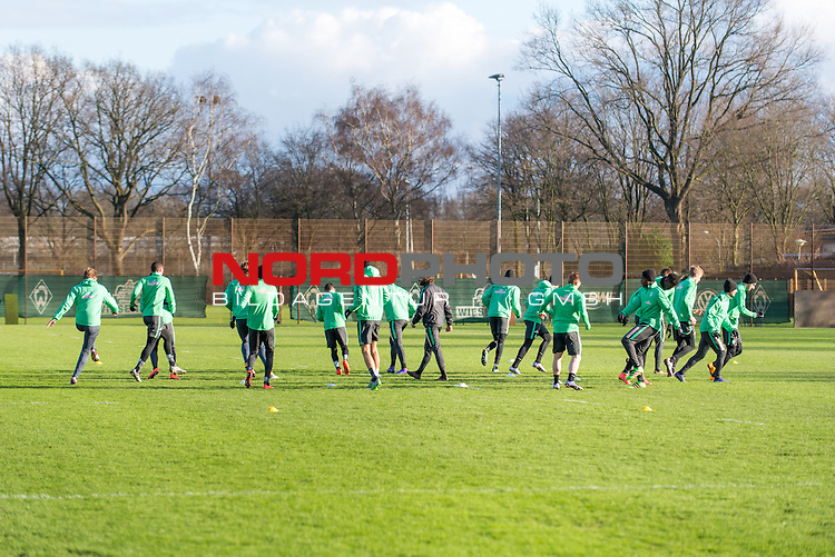 11.02.2016, Trainingsgelaende, Bremen, GER, 1.FBL, Training Werder Bremen<br /> <br /> im Bild<br /> Die Spieler beim Aufwaermen, <br /> <br /> Foto &copy; nordphoto / Ewert