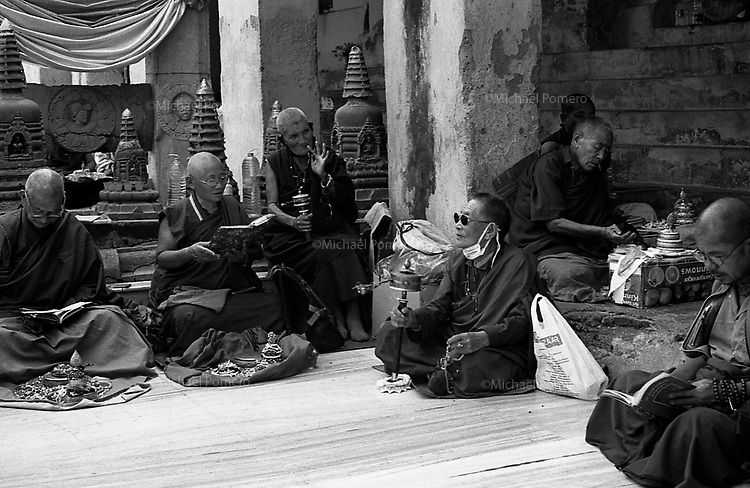 12.2010 Bodhgaya (Bihar)<br /> <br /> Inside the Mahabodhi temple,buddhist monks and nuns praying and reading.<br /> <br /> Dans le Mahabodhi temple ,moines et nonnes bouddhiste en train de prier et de lire.