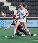 AMSTELVEEN - Daphne van der Velden (OR) met Eva de Goede (Adam)   tijdens de hoofdklasse hockeywedstrijd dames,  Amsterdam-Oranje Rood (2-2) .   COPYRIGHT KOEN SUYK