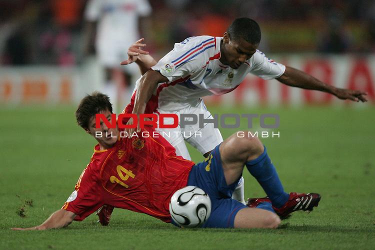 FIFA WM 2006 -  Round of Sixteen - / Achtelfinale<br /> Play    #56  (27-Jun) - Spanien - Frankreich 1:3<br /> <br /> Florent Malouda (oben) von Frankreich im Zweikampf mit <br /> Xabi Alonso (unten) von Spanien.<br /> <br /> Foto &copy; nordphoto