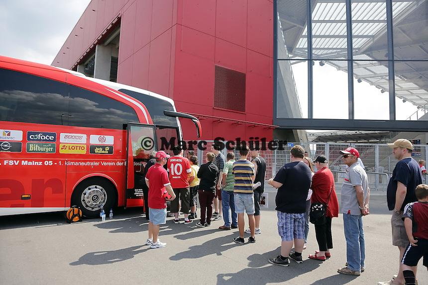 Fans besichtigen den Mannschaftsbus