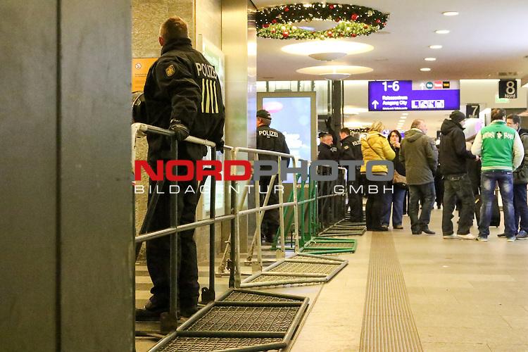 28.11.2015, Hauptbahnhof, Bremen, GER, 1.FBL, Werder Bremen vs Hamburger SV, <br /> <br /> im Bild / picture shows<br /> Anreise der Gaestefans per Bahn<br /> <br /> Foto &copy; nordphoto / Ewert