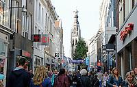 Nederland Breda  2015 . Winkelstraat in het centrum van Breda. Op de achtergrond de  Grote of Onze-Lieve-Vrouwekerk .  Foto Berlinda van Dam / Hollandse Hoogte