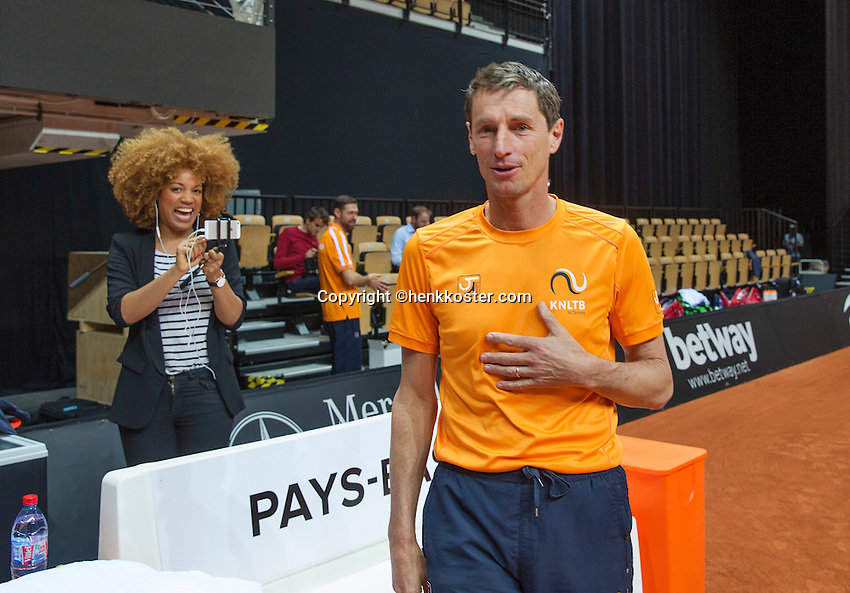 13 April, 2016, France, Trélazé, Arena Loire,   Semifinal FedCup, France-Netherlands, Dutch team warming up, captain Paul Haarhuis<br /> Photo:Tennisimages/Henk Koster