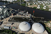 DEUTSCHLAND Hamburg Neubau Vattenfall Kohlekraftwerk in Moorburg, Blick auf Kattwyk Bruecke und Oeltanks der Shell Raffinerie /<br /> GERMANY Hamburg construction site new coal power station Vattenfall in harbour and Shell refinery and oil tanks